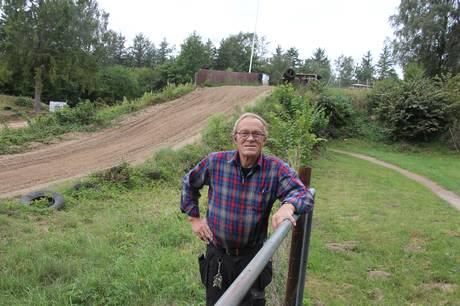 Niels Mikkelsen fylder 70 til marts, men den uddannede automekaniker har ikke planer om at stoppe sit engagement i Syddjurs Crossklub, hvor han har været omdrejningspunktet i værkstedet og på banerne i samfulde 40 år.