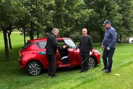 Spritny bil på højkant ved golfturnering i Hammel