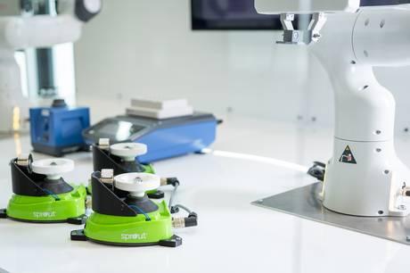 Ingeniør-virksomheden DIS i Stilling har sammen med tyske TIB Molbiol har udviklet en automatiseret PCR-testmaskine, der kan corona-teste danskere for et mindre beløb og markant hurtigere end i dag.