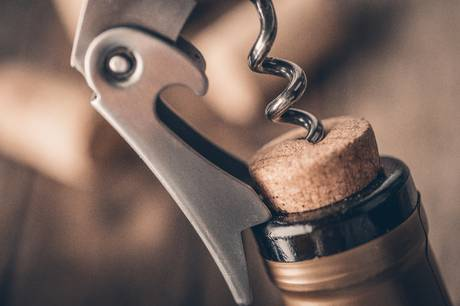 Hvis du står og skal have åbnet en flaske vin, men ikke er i nærheden af en proptrækker, er der flere andre metoder til at få adgang til de gærede dråber.