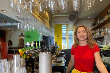 Bar- og cafeejere har mærket konsekvenserne ved coronarestriktionerne. Men pandemiens tag i landet er ved at løsnes, og fra 10. september vil selv ikke coronapasset længere være et krav.