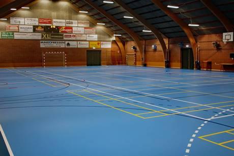 Den selvejende institution har netop indviet nyt halgulv, som giver Pindstrup Hallen et lysere og venligere look.