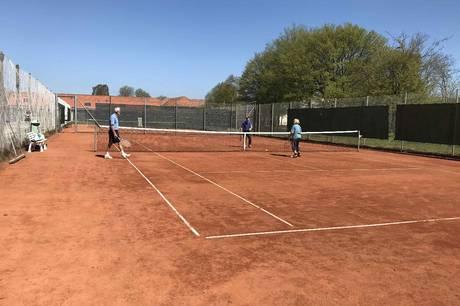 Tennisspillerne i TRIF glæder sig til at få nye baner. Det gamle anlæg røg på rekordtid, da det første tilløb til udvidelsen af Rønde Idrætscenter med en hal 3 begyndte tidligere på året.