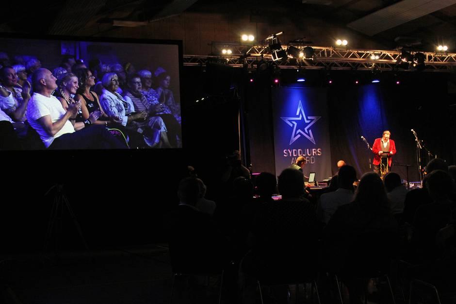 Stort show og medlevende publikum gav god stemning i Kolind+ torsdag aften, hvor priser til foreningsliv og ildsjæle blev givet i stor stil.