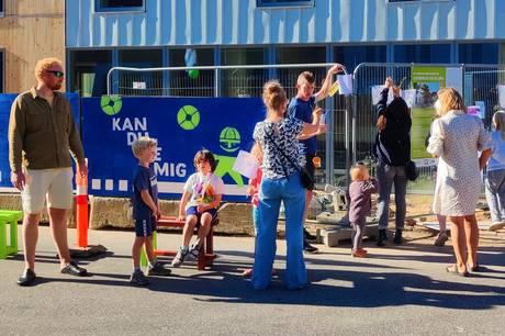 """""""Kan du se mig?"""" Børn og forældre på Knudrisgade i Aarhus prøver at gøre bilister og buschauffører opmærksomme på de bløde trafikanter. Foto: Privat"""
