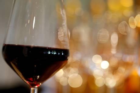 Lige meget om du køber billig eller dyr vin, kan du faktisk forbedre smagen på flere måder. To vinskribenter kommer med deres tips til de optimale forhold.