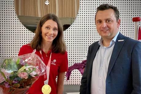Den paralympiske taekwondo-guldvinder, Lisa Kjær Gjessing fra Ry, blev onsdag eftermiddag hædret på Fælleden for sin bedrift.