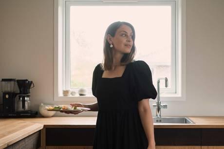 """Madbloggeren Emma Martinys nye kogebog, """"Ganske Enkelt"""", er blevet til med en baby på hoften og handler om det muliges kunst i en travl hverdag, så retterne kan laves på under en time - en række af dem på et kvarter. Det skal være nemt, enkelt og lækkert."""