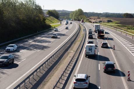 To Viby-borgere føler, at støjen fra motorvejen er blevet meget værre, siden de flyttede ind i deres hus for over 20 år siden.