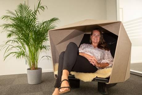 Anne Mygind har designet og udviklet et bæredygtigt hulemøbel af genbrugsplast, et møbel der både skal være skånsomt ved miljøet, mindske støj og give os et afbræk.