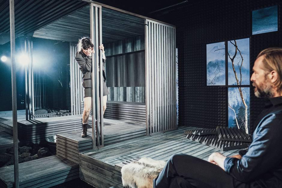 "Henrik Ibsens ""Når vi døde vågner"" spiller på Aarhus Teaters Studio Scene fra 16. september. Den Aarhus-uddannede skuespiller Kasper Leisner spiller rollen som den chauvinistiske billedkunstner Arnold Rubæk. En rolle han selv betegner som en guilty pleasure-rolle."