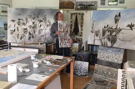 Galleri ESK i Ørsted slår atter dørene op for en udstilling af fuglemanden, opsynsmanden, forfatteren og billedkunstneren Jens Gregersen. Denne gang hedder medudstilleren Eva Hermann, der viser flere eksempel på sine keramiske værker.