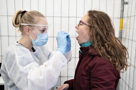 En 18-årig elev med udenlandsk baggrund på Viby Gymnasium ved Arhus risikerer at blive udvist af Danmark, efter at hun tidligere på året forfalskede sin negative coronatest.