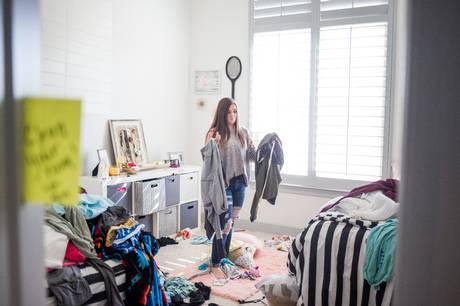 Mange teenagere bruger adskillige timer på værelset med lukket dør. Og måske tager de også let på oprydning og rengøring. Det påvirker indeklimaet – se hvordan du skaber balance mellem indeklima og privatliv for de unge.