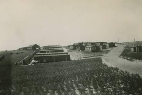 Efter 1945 skød baraklejre op overalt i landet, her ses en af dem ved Tirstrup, Gråskelejren, som husede 1.115 tyske flygtninge fordelt på 15 barakker. Foto fra cirka 1946. Hør om flugt med døden i hælene, når der er foredrag med historikeren og forfatteren på Kulturloft på Maltfabrikken. Foto: Ebeltoft Byhistoriske Arkiv