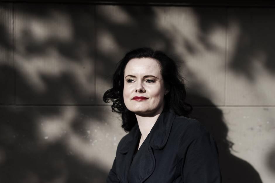 Leonora Christina Skov er født i Helsinge i 1976, og er nu bosat på Frederiksberg med hustruen Anette. Hun debuterede i 2003 med romanen Rygsvømmeren.  Pressefoto