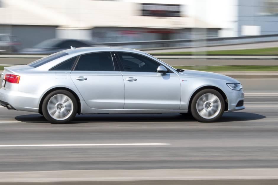 En Audi A6 var tæt på at ramme fodgængere, da føreren kørte op på fortovet i Esbjerg.