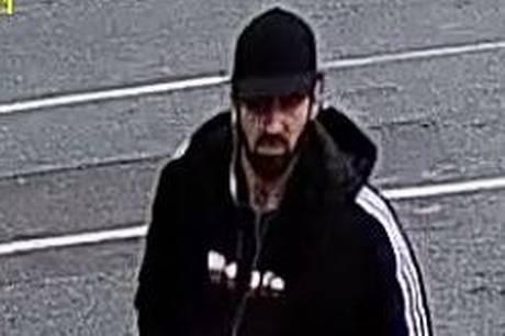 Københavns Vestegns Politi efterlyser en mand, der er mistænkt for røveri mod et supermarked i Albertslund.