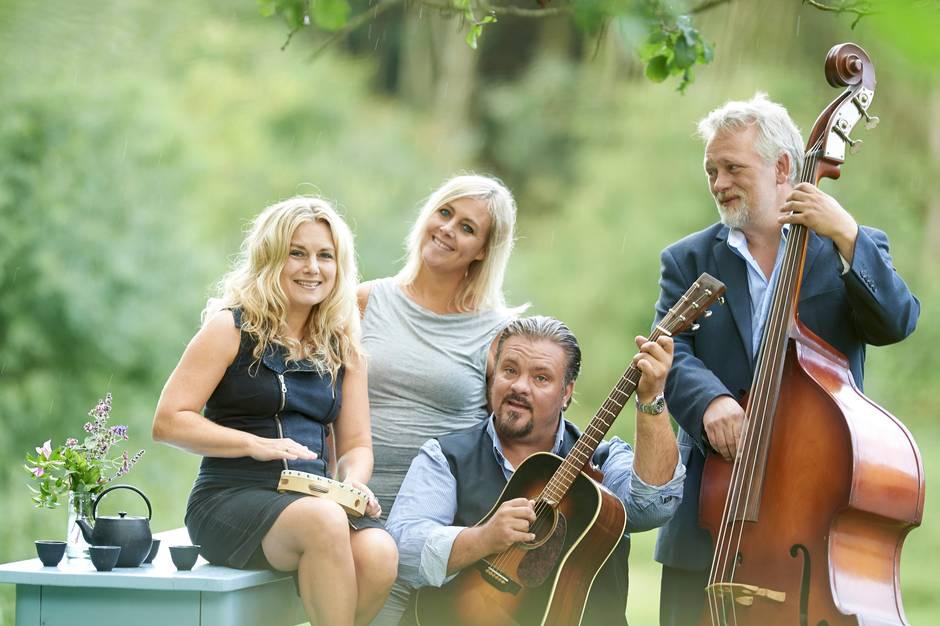 Perry Stenbäck og Dekadansorkestern har i de senere år forført det ene koncertpublikum efter det andet med Perrys egne sange, såvel som fortolkninger af perler fra den nordiske visetradition. Pressefoto