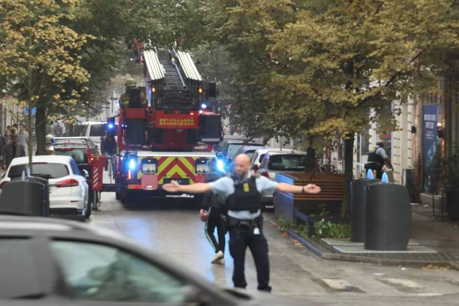 Både politiet og brandvæsnet blev torsdag aften kaldt ud til Guldsmedegade i den centrale del af Aarhus.