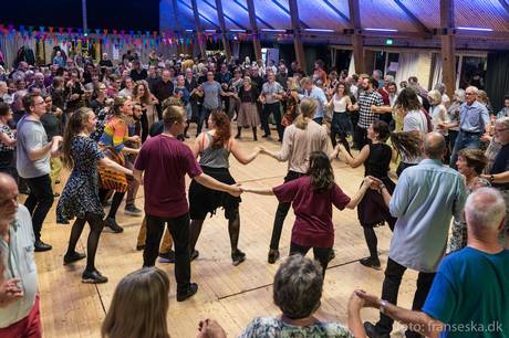 I en hel uge vil byen summe af alt fra country til kokald, når Aarhus Folk Festival for sjette år i træk inviterer aarhusianerne til at lære mere om traditionel folkemusik og – ikke mindst – folkedans.