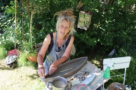 """Hele 82 professionelle kunstnere fordelt over hele Midtjylland inviterer indenfor i deres værksted, når """"Spor Kunsten - Åbne værksteder"""" afholdes for 21. gang den første weekend i oktober."""
