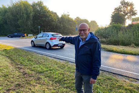 Byrådsmedlem Steen B. Andersen (S) kalder krydset i Maling for farligt, og nu vil han sammen med Venstres Louise Louring kæmpe for, at det bliver til en rundkørsel. Foto: Jonas Wrede Hansen