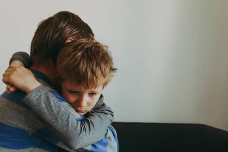 Voksne forsøger ofte at distrahere børn fra de svære tanker, når de mister en, de holder af. Men det er et misforstået hensyn, siger sorgterapeuter.