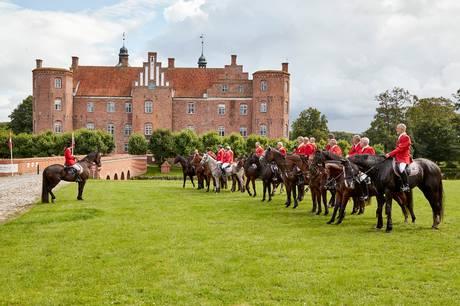 På lørdag 25. september er de rødklædte ryttere klar til historiske hovslag omkring den gamle herregård.