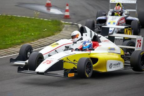 Noah Strømsted var bogstaveligt talt flyvende med sin Formel 4 racer på Ring Djursland. Foto: Ib Trebbien