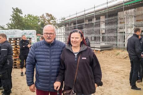 Formand for Djursbos bestyrelse og for Skanseparken i Ebeltoft, Ulla Wied, har været med siden projektets spæde begyndelse og er nu glad for, at den nye afdeling snart er klar til indflytning. Her står hun sammen med næstformand i Djursbo, Johannes Sørensen. Pressefoto