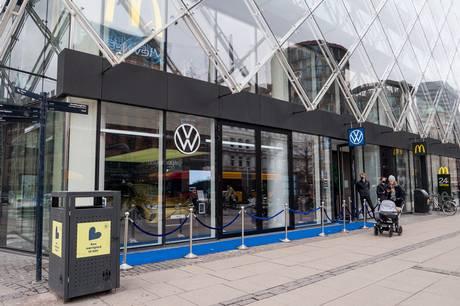 VW, Polestar, Lexus, MG og Hyundai har nu åbnet små showrooms centralt i storbyerne, hvor der er fokus på biler med strøm.