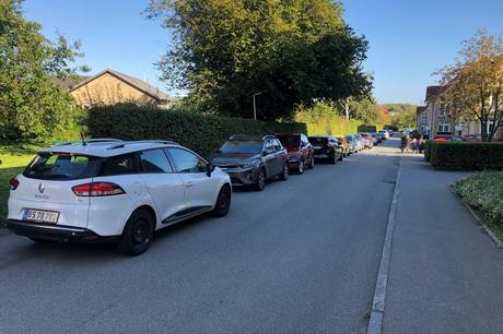Siden indførelsen af beboerparkering på Trøjborg har beboere i Riisvangen oplevet, at bilister strømmer til boligområdet for at parkere gratis.