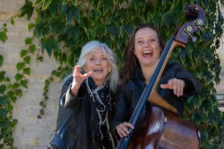 Ragnarok er en musikalsk fortælling med skuespiller Vigga Bro og bassist Ida Bach Jensen. Pressefoto