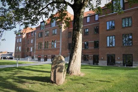 Efter både brand- og vandskade er Rønde Højskole nu renoveret, og det kan man se på rundvisning.