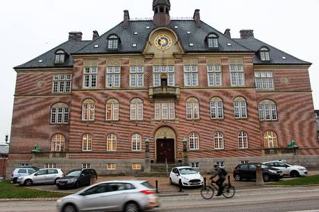 En 33-årig kvinde er blevet varetægtsfængslet for at have truet flere psykologer.