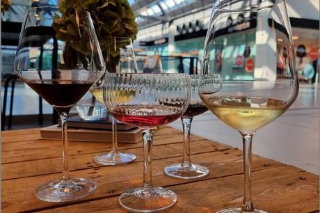 Bare Vin slår dørene op til en stor vinfestival i City Vest. Ved indgangen får du udleveret et smagsglas – og så er det ellers bare at smage dig vej gennem Europas vine.