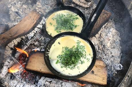 Der bliver lavet pandekager over bål, når naturformidlerne inviterer til hygge i naturen. Pressefoto