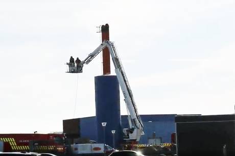 Mindre brand i silo, der var fyldt med træpiller, blev slukket med skum torsdag eftermiddag.