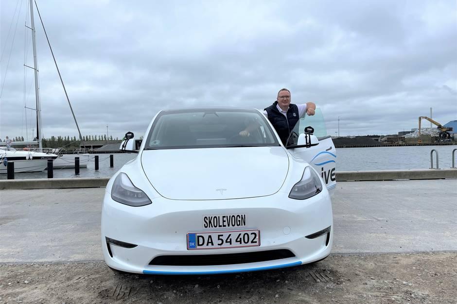 Kørelærer Brian Rasmussen har som en af de første i Danmark fået en Tesla Model Y som skolevogn.