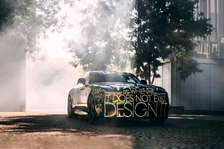 Overgangen til rene elbiler bliver den vigtigste i virksomhedens historie, og der går kun to år, før Rolls-Royce er klar med sin første elbil. Fra 2030 skal alle modeller være fuldt elektriske.