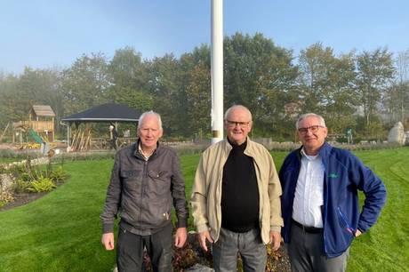 Den smukke park ved indgangen til Ryomgård fra Aarhus siden er blevet betænkt med både flagstang, vimpel og flag af sin nabo, Ryomgårds ældste virksomhed, JIFFY A/S.