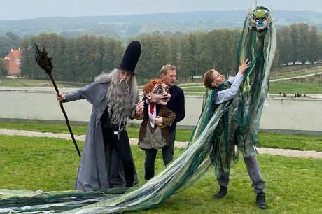 Til foråret rykker Det Kongelige Teater atter ud i landskabet omkring Moesgaard Museum med forestillingen Hobbitten. Et eventyr hvor otte professionelle skuespillere, 180 dukker og 76 statister hver aften skaber magi for 3000 publikummer.