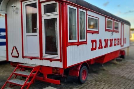 31-årige Noa fra Ebeltoft har forvandlet en gammel cirkusvogn til et tinyhouse. Den kan nu købes på dba.