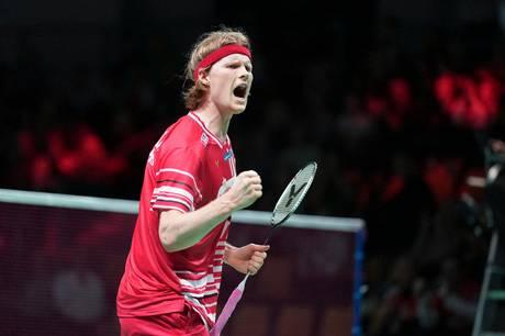 Potentielt er der mere end 600 millioner, der kigger med, når Aarhus er vært for badmintonturneringen Thomas & Uber Cup, der efter to coronaudskydelser nu endelig løber ad stablen – corona har dog stadig sat sit præg på eventet.