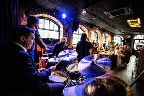 Der er livemusik på Cafe Støj hver torsdag, fredag og lørdag – og de fleste jazzkoncerter ligger om torsdagen.