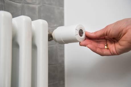 Hvis din radiator ikke vil varme, er der typisk tre ting, du kan gøre. Alle tre ting kan du sagtens fikse selv. Se her, hvordan du kan gøre det.