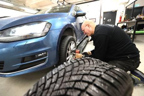 Bremselængden skiller top og bund i test af 34 vinterdæk. Gå efter dæk, der passer bedst til våde danske veje, lyder anbefaling fra FDM.