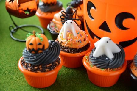 """Emil Obel udgav for nylig """"Halloweenbogen"""", hvor han blandt andet guider til kager, som både skræmmer og smager skræmmende godt."""