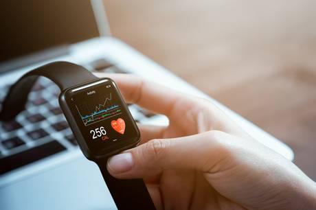 Sportsure og smartwatches er i dag avancerede på linje med smartphones. Men de kan ikke de samme ting, og priserne svinger hen over året.
